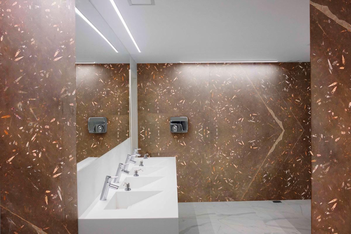 Baño aplacado - Fosile Brown Nerinea - Bathroom cladding