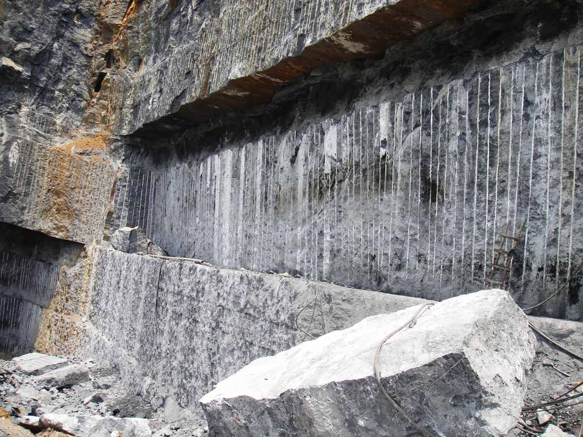 Cantera - Mármol Negro Marquina Black Marble - Quarry