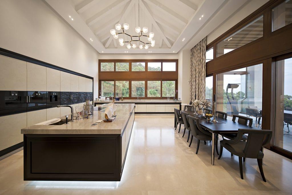 Cocina de mármol crema - beige marble kitchen - Marbella