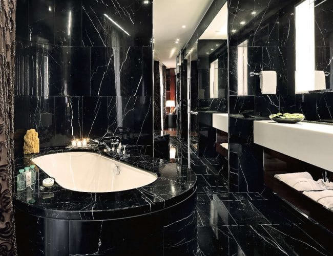Marquina Black marble bathroom at Hotel Bulgari London - Baño de mármol Negro Marquina en el Hotel Bulgari de Londres