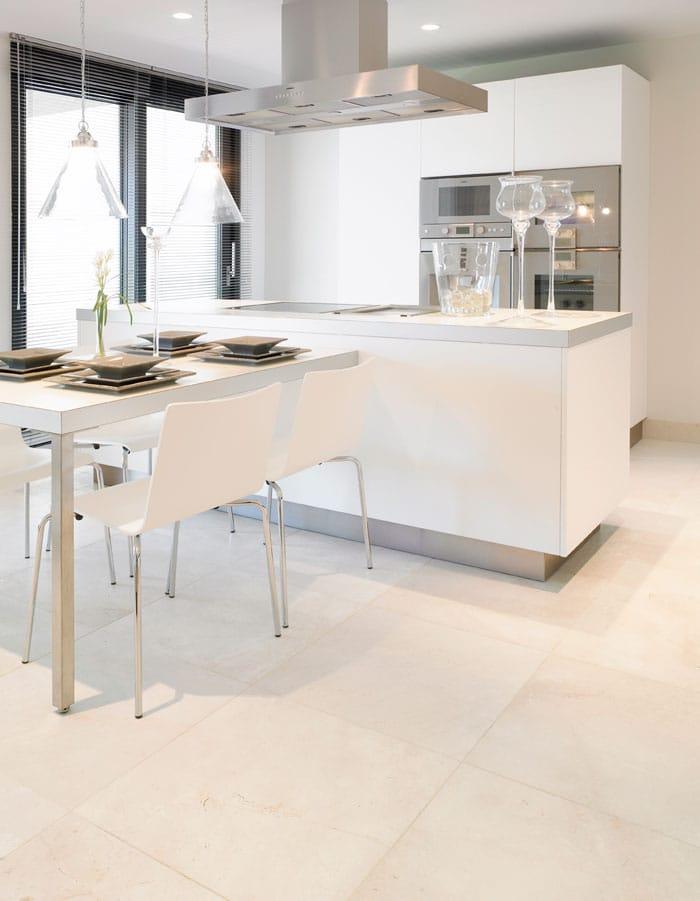 Marble flooring kitchen. Cocina con suelo de mármol