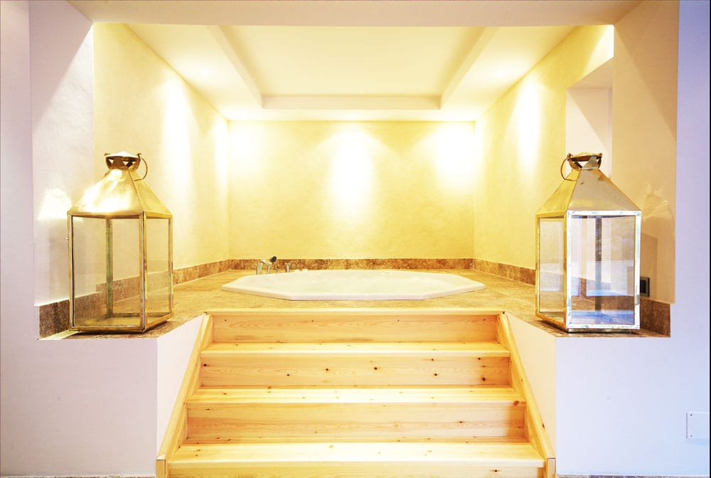 Jacuzzi con suelos de travertino - Jacuzzi with travertine flooring