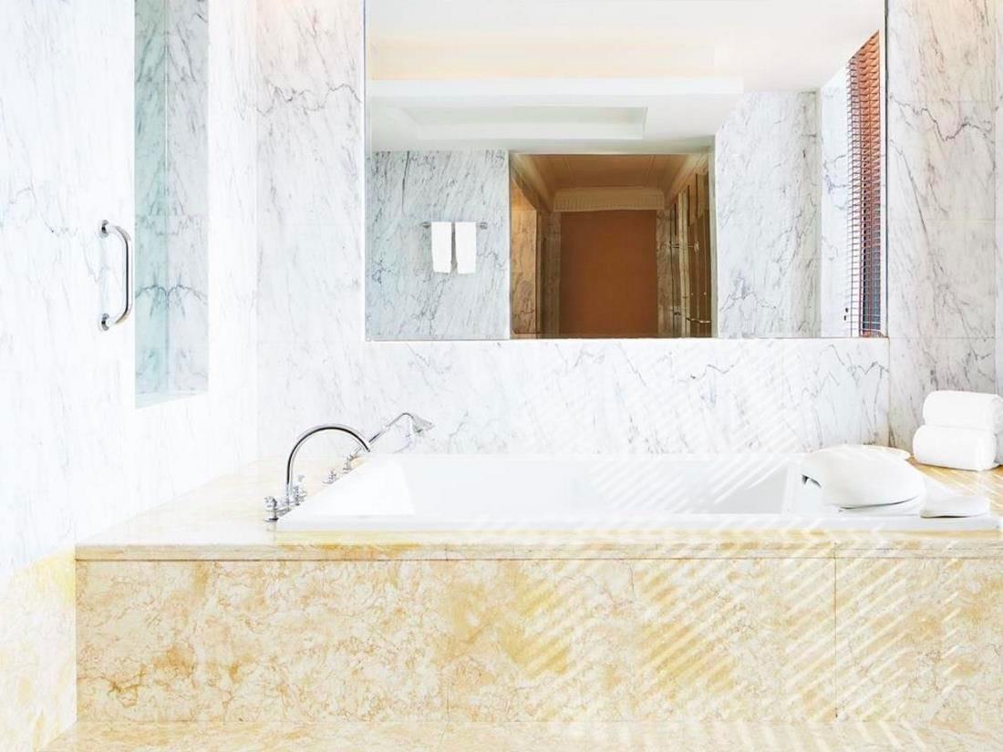 Carrara marble bathroom at Sheraton Jinan - Baño de mármol de Carrara en el Sheraton Jinan