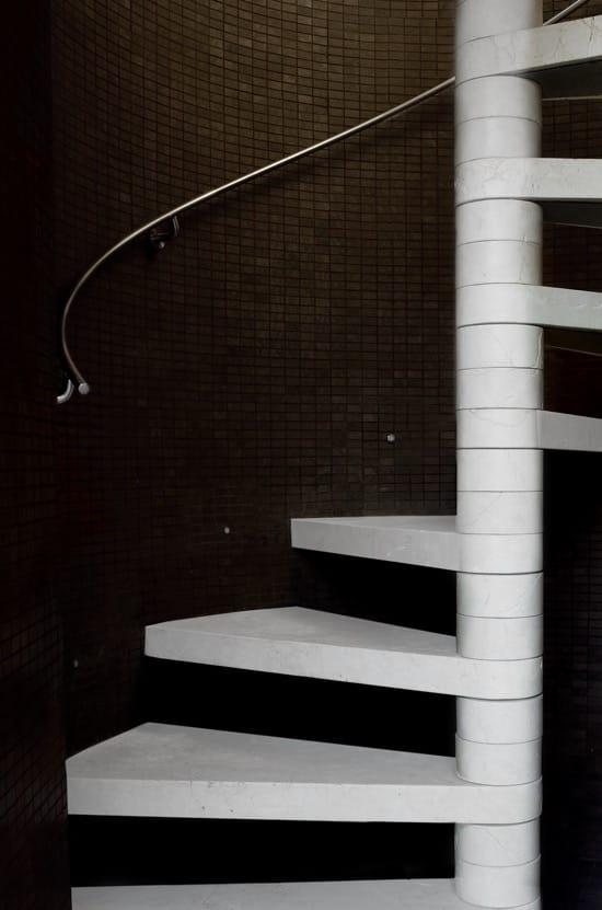 Escalera de mármol minimalista - Royal Travertine La Moraleja - Minimalist marble stairs - Travertino Real.