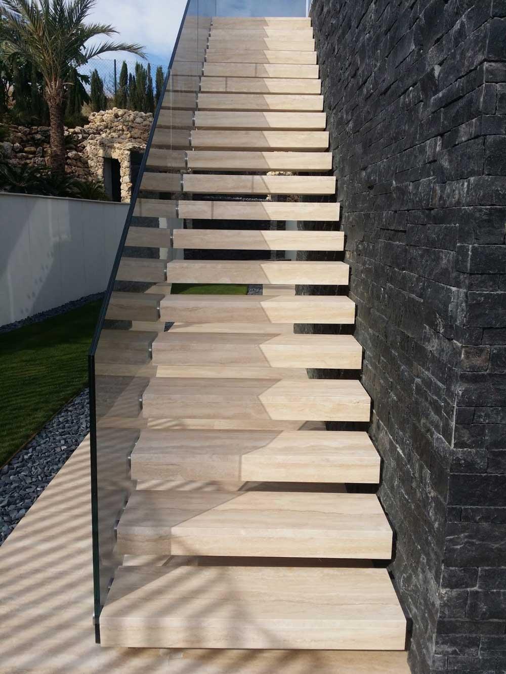 Escaleras de piedra natural en interiores y exteriores for Escalera exterior de piedra