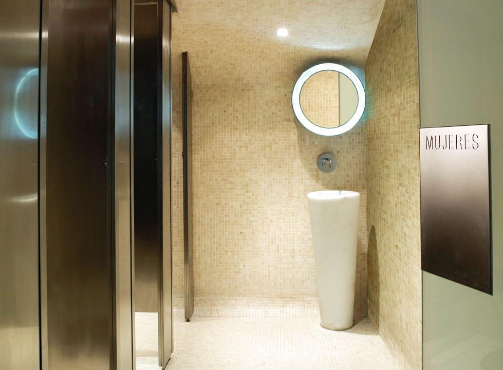 Lavabo totem de mármol Blanco Macael - Real Café Bernabéu - Macael White marble totem washbasin
