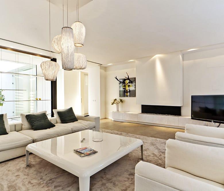 Chimenea de mármol Crema Premium y suelo de Gris Osiris en Marbella - Premium Beige marble fireplace and Osiris Grey floor in Marbella
