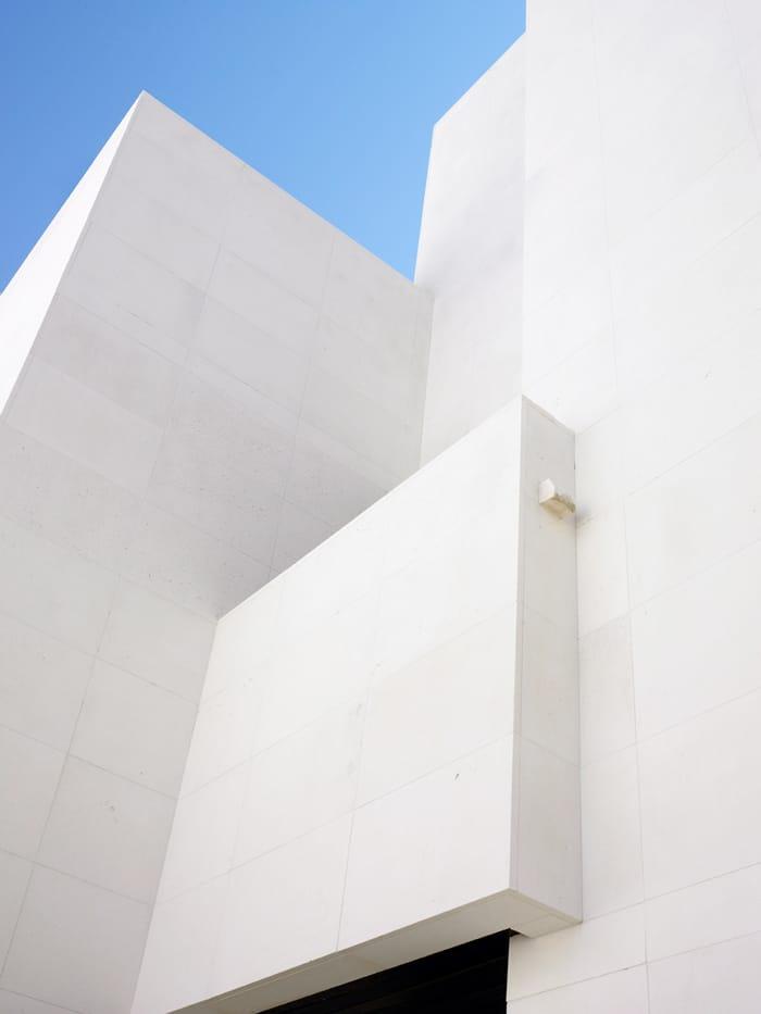 Fachada piedra caliza blanca Caliza Luna - White limestone facade Caliza Luna - contrapicado