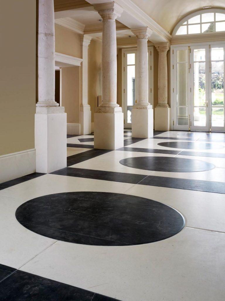 Suelo de piedras calizas en blanco y negro - Vila Padierna Palace - Ebano Black - Perlino - Black & white limestone floor