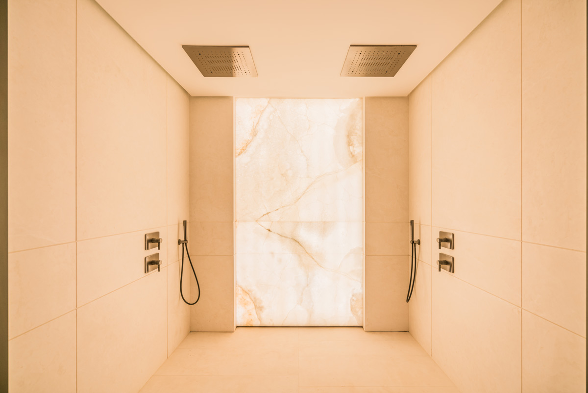 Pared ducha Ónix retroiluminado - Villa Cullinan - Backlit onyx wall shower
