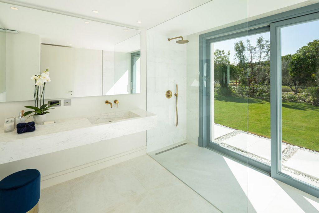 Iceberg White marble bathroom and marble vanity - Mueble de mármol y baño de mármol Blanco Iceberg.
