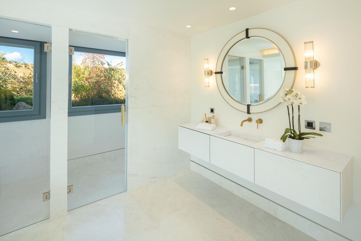 Iceberg White marble bathroom and marble vanity - Villa VIII -Mueble de mármol y baño de mármol Blanco Iceberg.