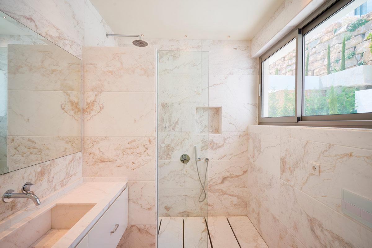 Baño mármol Blanco Nebula - Villa IX - Nebula White marble bathroom